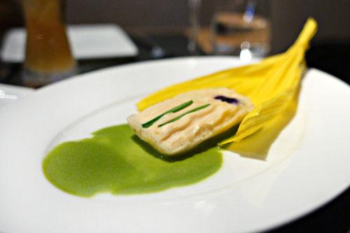Tamale de Mousse de Saumon, cuit á la vapeur dans une Gousse de Maïs, Nixtamal, Beurre au Cilantro