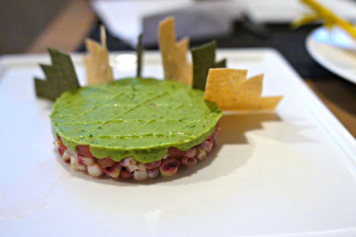 Gâteau d'Avocat au Tomate et Maïs, servi avec des Flèches de Maïs Jaune