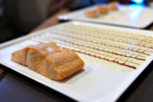 Saumon 'Désert Peint', Saumon cuit á la vapeur servi avec Trois Sauces