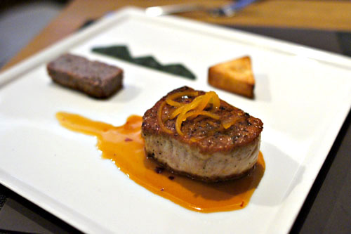 Selle de Porc aux Chiles Piquins, Zeste de Pamplemousse, Racine de Yucca