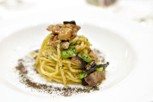 Spaghetti con funghi, piselli e fave