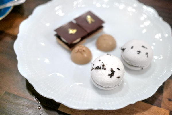 Palet d'Or / White Chocolate Truffle with Truffle / Black Truffle Macaron