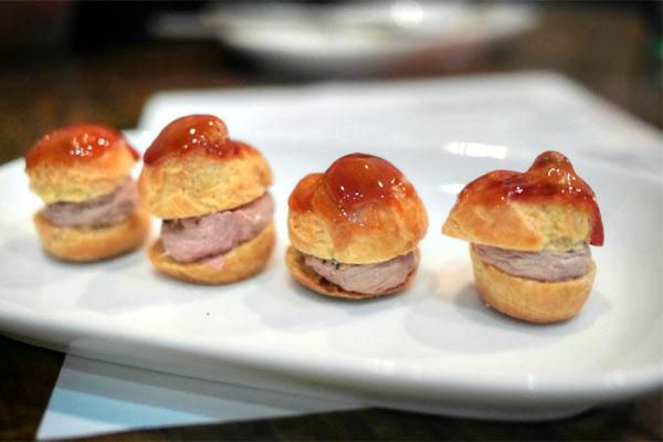 Croque en Bouche de mousse de foie de volaille et foie gras
