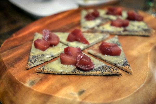 Tartelette de Point Reyes au pavot bleu, poire pochée vin d'épice