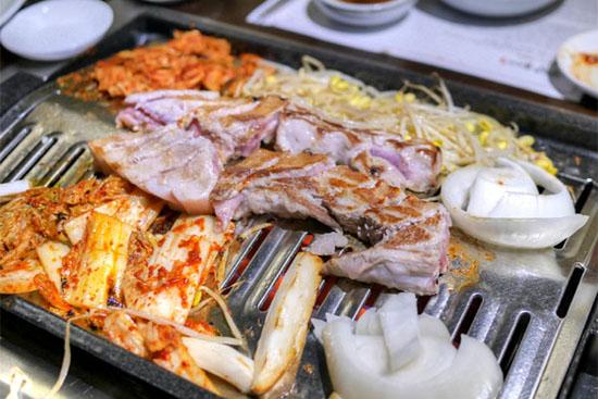 Buljip Saeng Samgyeopsal: Cooking